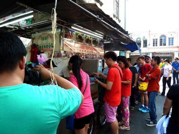 Filming the famous Penang Teochew Cendol stall.