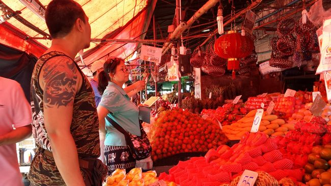 Some of the stalls have awnings draped in red fabric, which give a surreal glow to the produce. Someone on FB commented this was a deliberate technique to make the food look fresh and pretty.