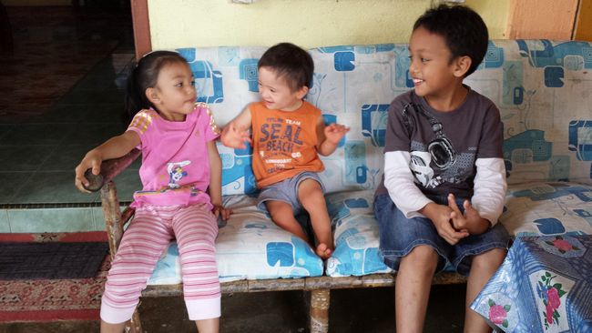 Baby Noah and the other kids hanging out while we grown-ups check out the main homestay house